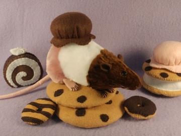 """Neapolitan """"Nea"""" Rat Plushie"""